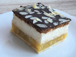 Ciasto z galaretką z jabłek i mascarpone polane czekoladą