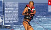 Maria De Filippi, show al mare sul wakeboard: il video fa il giro del web