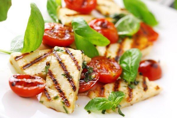 سلطة الطماطم مع الجبنة المقلية لعشاء عيد الحب