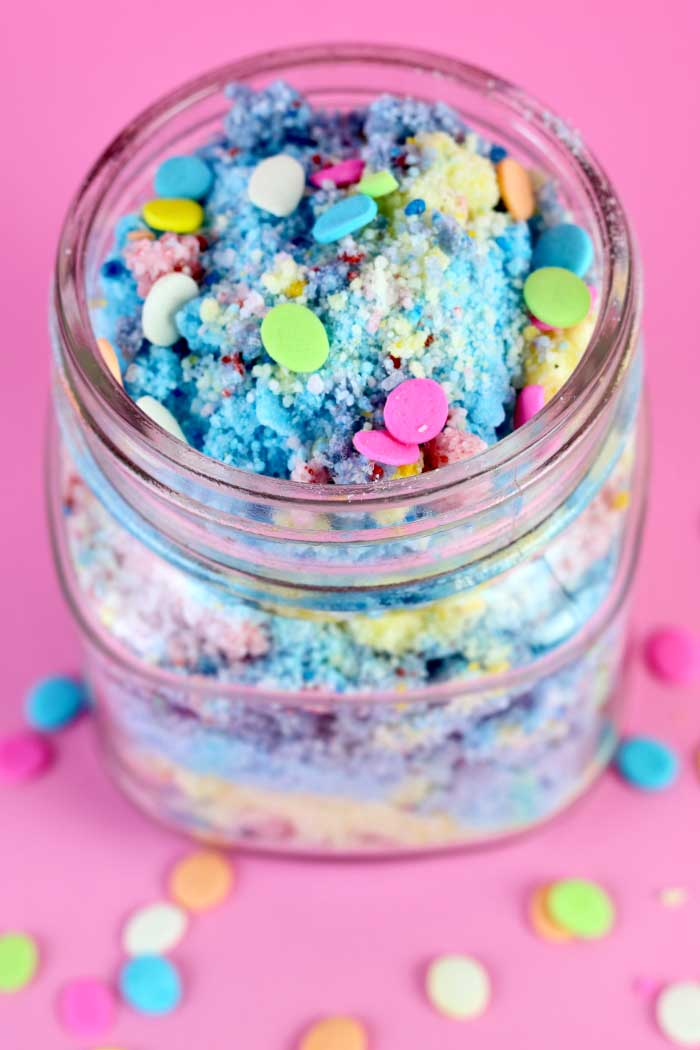 How to make DIY fizzy unicorn bath powder. Made with citric acid, baking soda, and mango butter, this easy moisturizing bath bomb dust makes great gifts for teachers, for friends, for women, for teens, and for Christmas. This unique DIY beauty recipe is cheap and simple to make. Need gift ideas? Make DIY bath and body gifts!  #unicorn #bathpowder #fizzy #fizzing