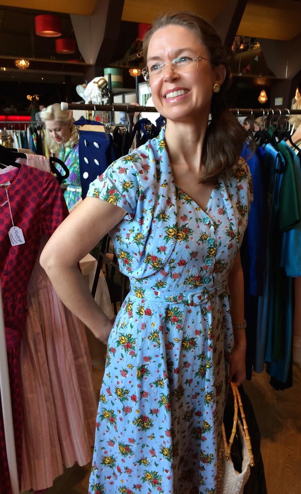 e51a1eda288b Här är jag, glad och nöjd, i en blommig 50-tals klänning som är fyndad på  ett loppis i stan för 20 kronor. Den sitter som om den är sydd till mig och  ...