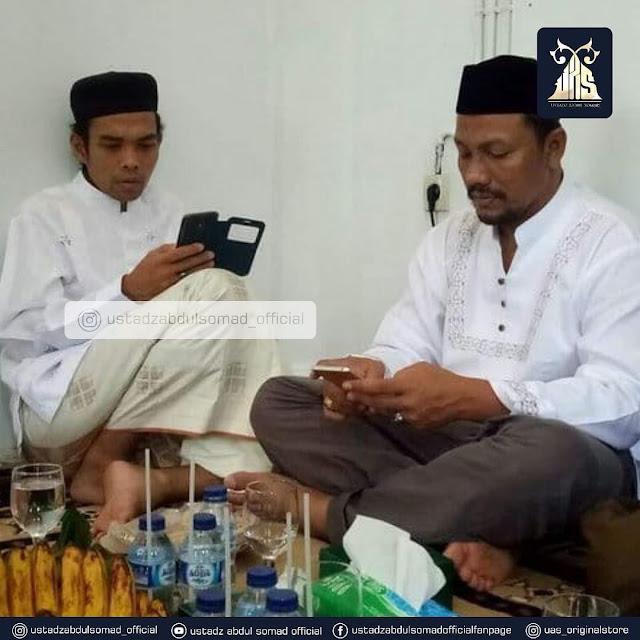 Foto Ustadz Abdul Somad Pegang HP