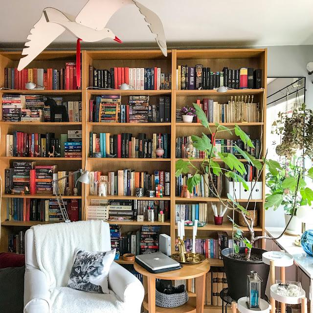 vardagsrum, golv, bokhyllevägg