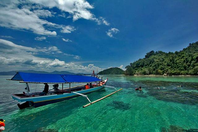 perahu mengantar snorkeling di pulau tegal mas