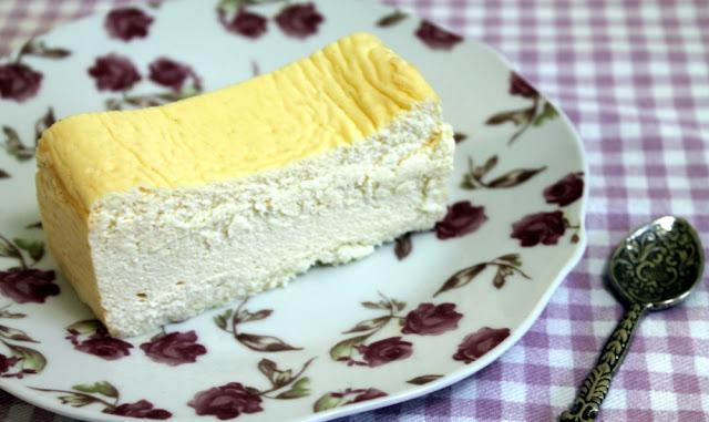 Tarta de queso esponjosa con mano de buda