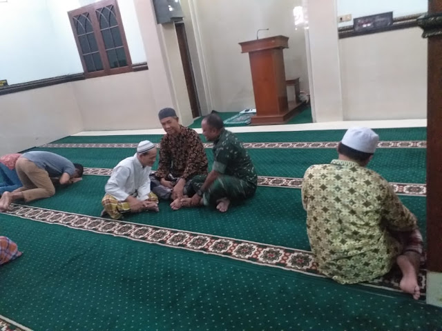 Manfaatkan Waktu Senggang, Babinsa Kratonan KOMSOS dengan Ta'mir Masjid Al-Hikmah