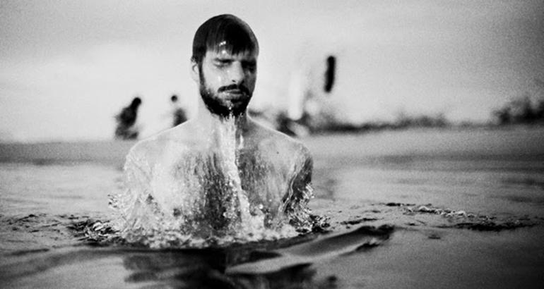 Naamã mergulha sete vezes para ser curado da lepra