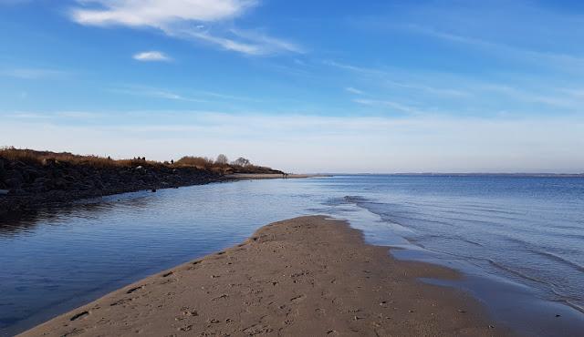 Küsten-Spaziergänge rund um Kiel, Teil 5: Jellenbek - Strand - Krusendorf - Jellenbek. Der Strand ist hier feinsandig, für spielende Kinder geeignet.