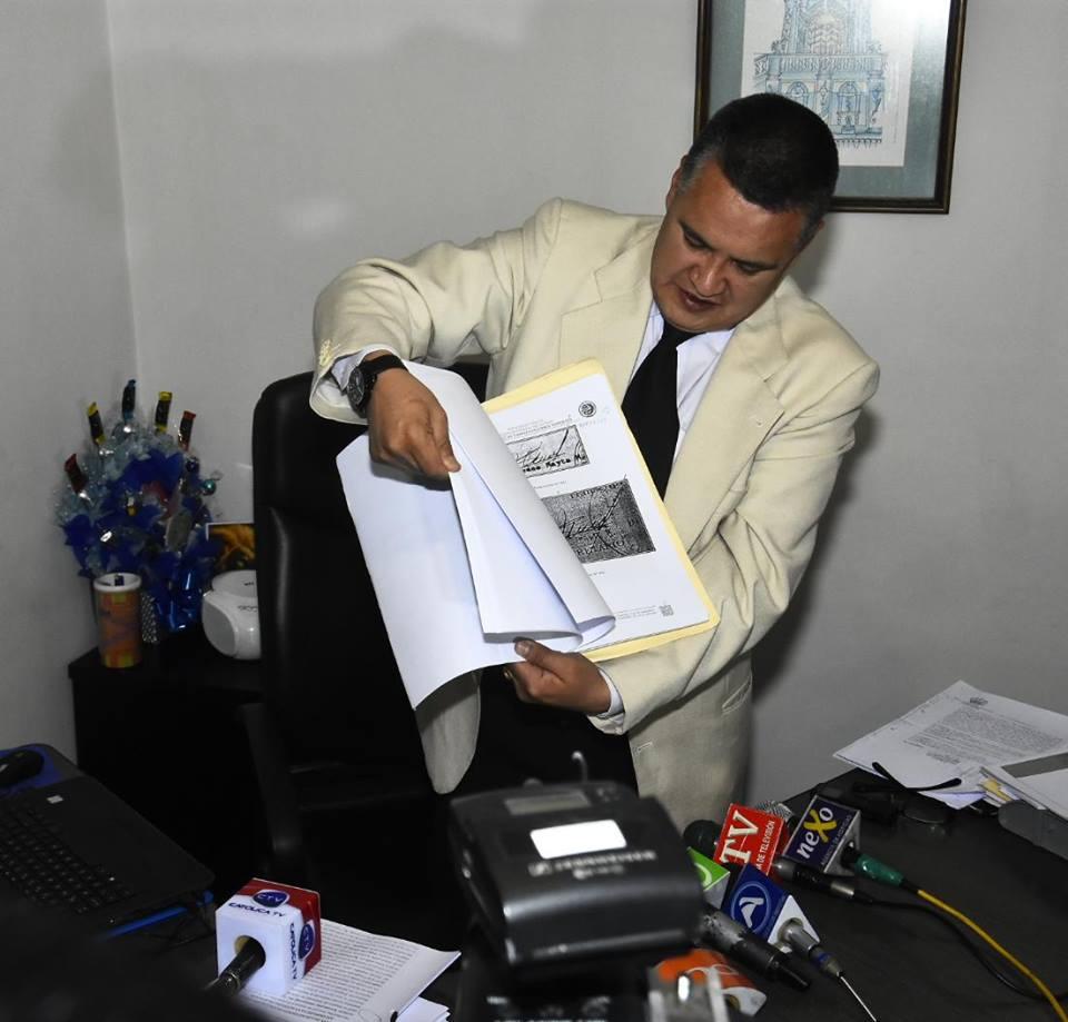 León presentó amparo en agosto esperando restitución de su título profesional y matrícula de abogado