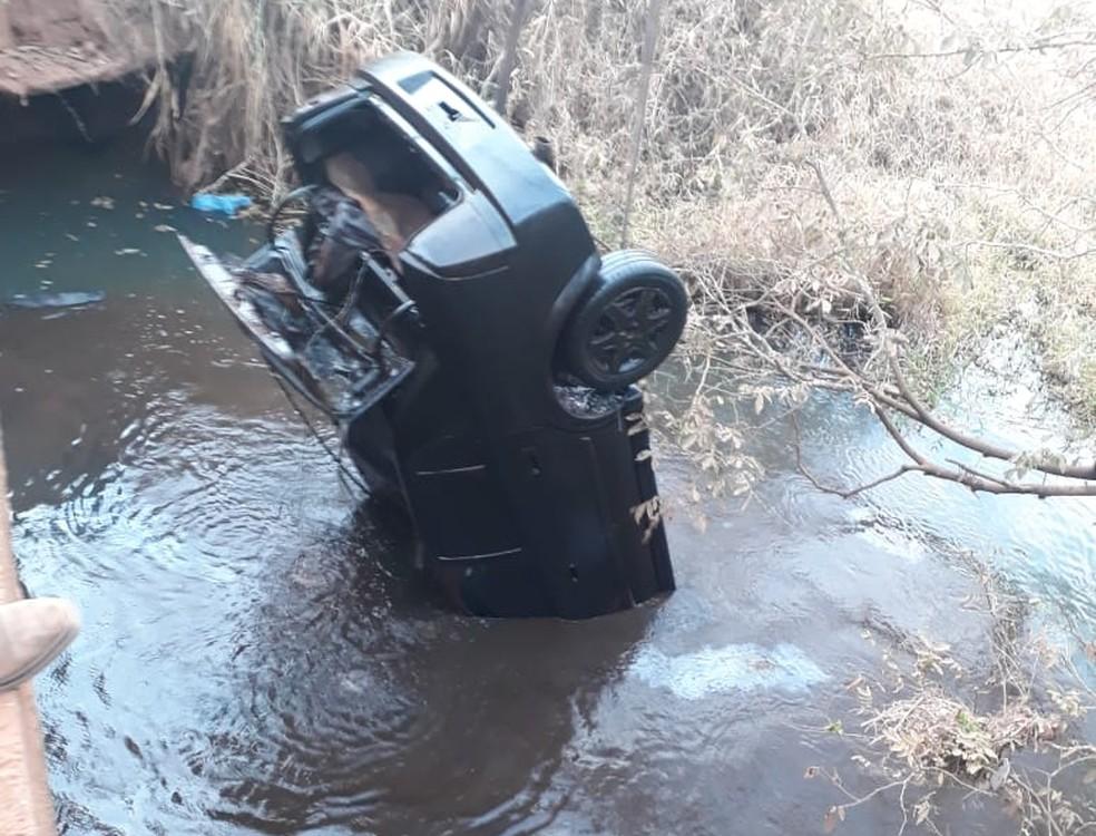 Nível de rio baixa e revela carro com ossada em Olímpia
