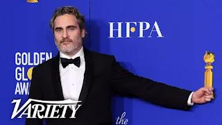 Joaquin Phoenix zomba das perguntas dos repórteres nos bastidores do Globo de Ouro
