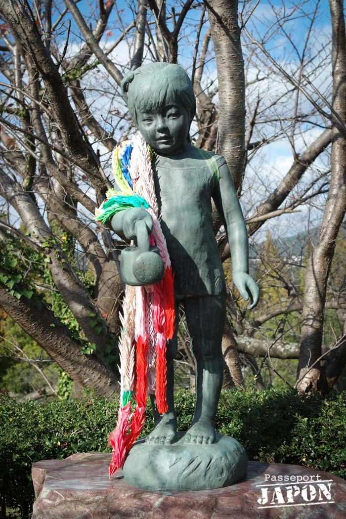 Statue d'une fillette tenant un arrosoir, parc de la paix, Nagasaki