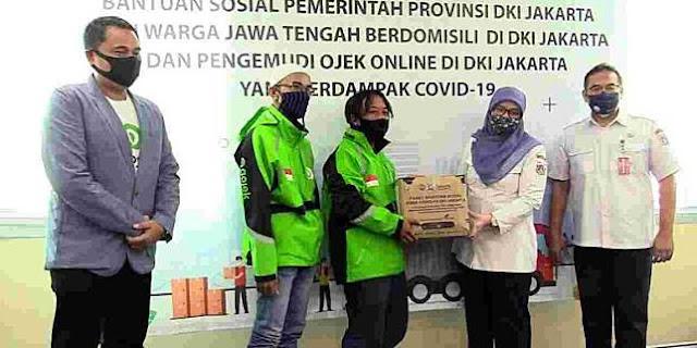 Pemprov DKI Jakarta Menyerahkan Bansos Untuk Ojek Online dan Warga Jawa Tengah