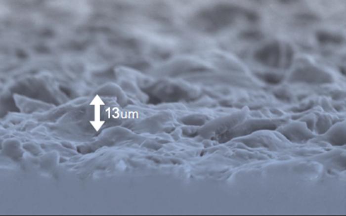 魔滴奈米絲綢面非常的細緻,在電子顯微鏡底下可以看到表面的波浪紋理與極小的孔洞