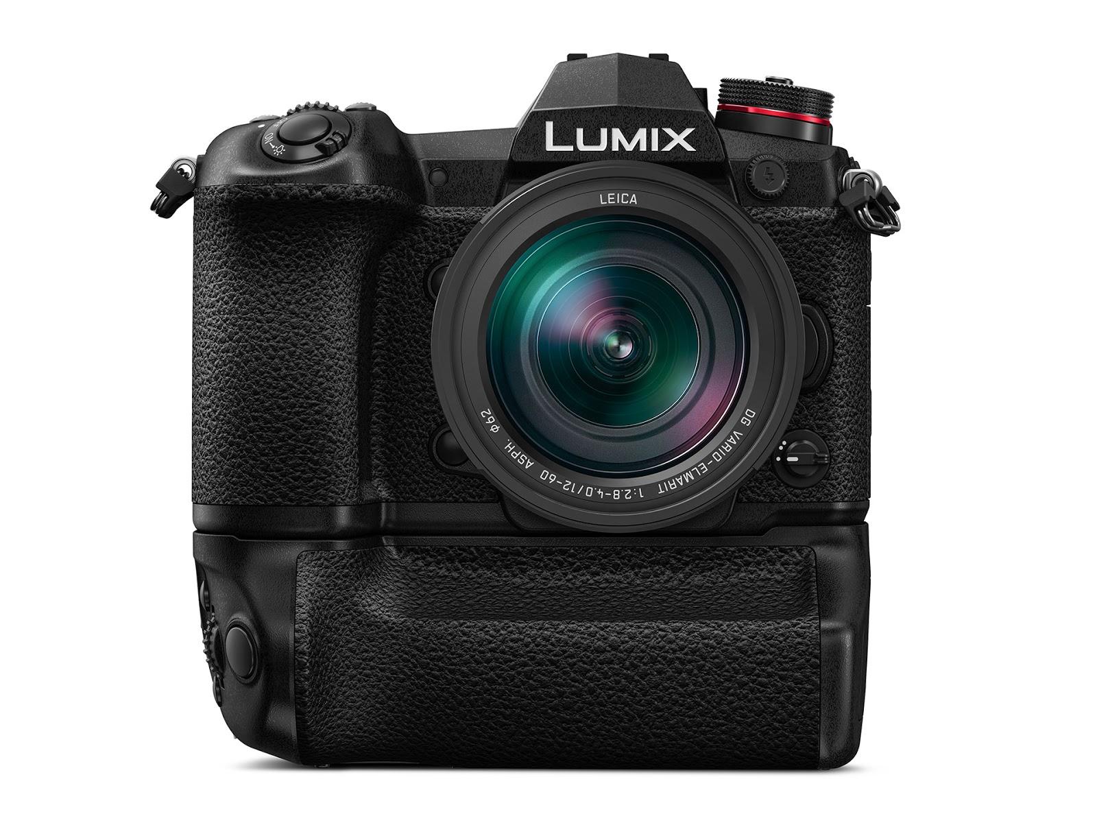 Камера Panasonic Lumix G9 с присоединенным батарейным блоком