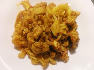 Zdrowe danie z kalafiora i curry