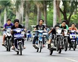 Sekumpulan pemuda yang sedang melakukan balap liar