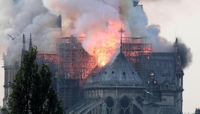Se incendia la catedral de Notre Dame de París