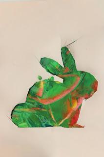 Folha pintada, com o contorno de um coelho por cima