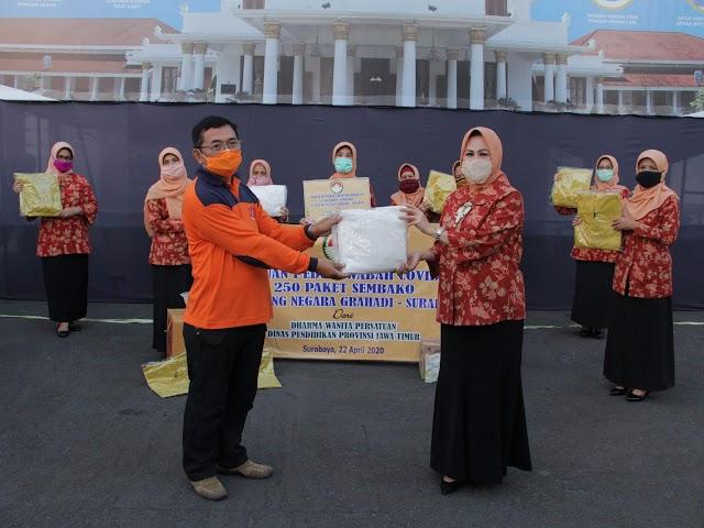 Dharma Wanita Persatuan Dindik Jatim Salurkan Bantuan 2.000 APD dan 250 Paket Sembako