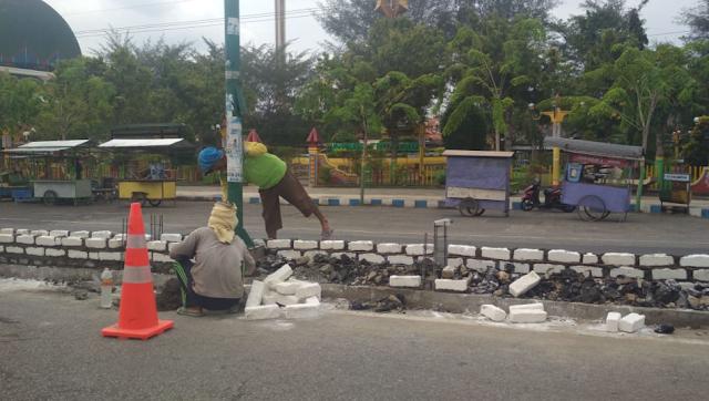 Perindah Kota, Pemerintah Lakukan Pembangunan Jalan di Depan Alun-Alun Sampang