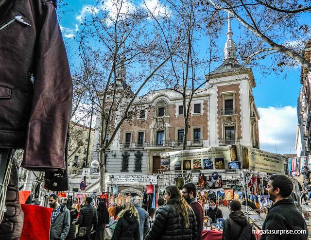 Plaza del Cascorro durante a Feira do Rastro, em Madri