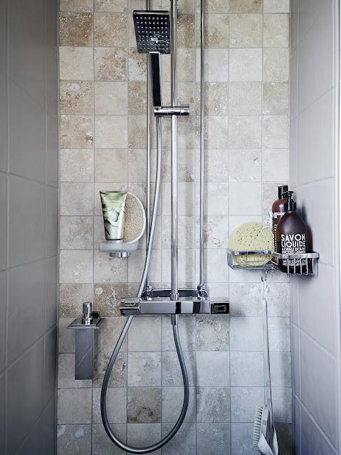 łazienka w stylu skandynawskim, szare płytki do łazienki