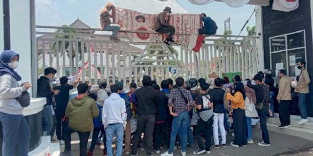 Penyaluran Beasiswa Terindikasi Korupsi, Mahasiswa Geruduk Kantor Bupati Karawang