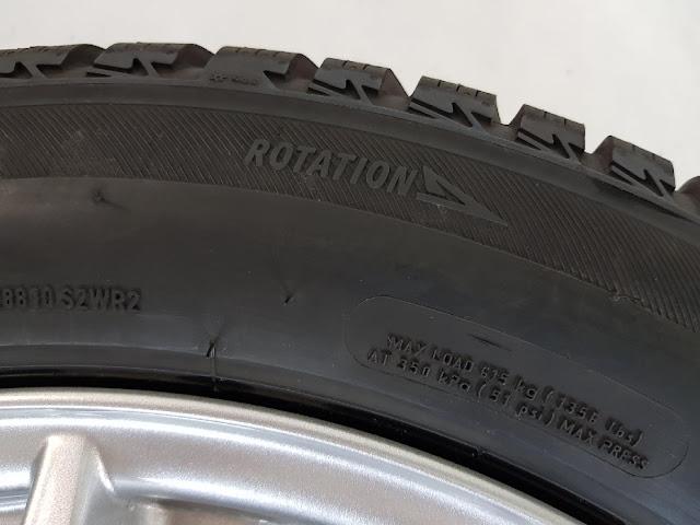 Стрелка на боковой стороне шины