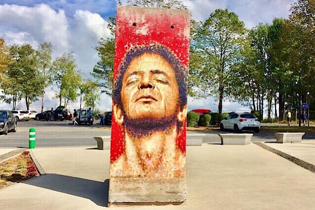 """""""Photo d'une pop star peinte sur un morceau du mur de Berlin à Bastogne"""""""