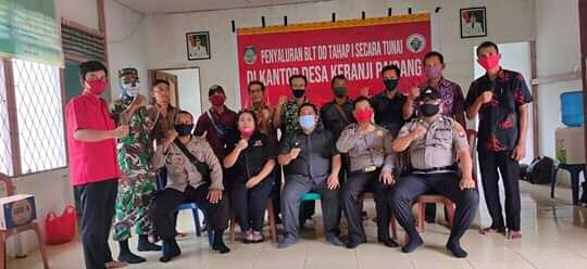 Kepala Desa Keranji Paidang bersama perangkat desa dan TNI-POLRI saat penyaluran BLT-DD