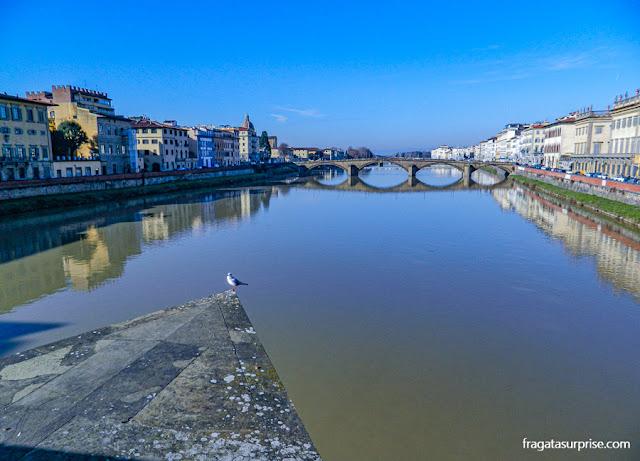 O Rio Arno em Florença, Itália