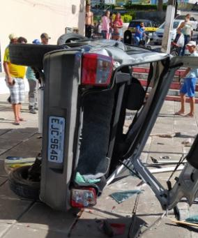 Em Mata Grande/AL, homem fica ferido após capotar carro no centro da cidade
