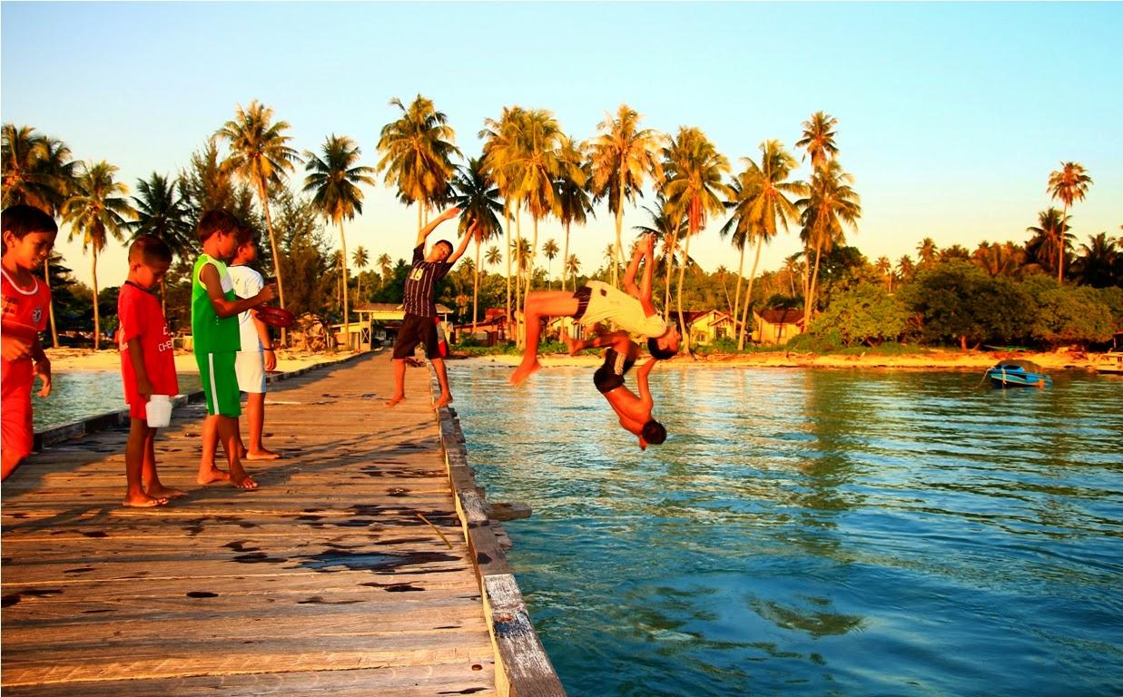 Anak-anak Pulau yang bermain di dermaga