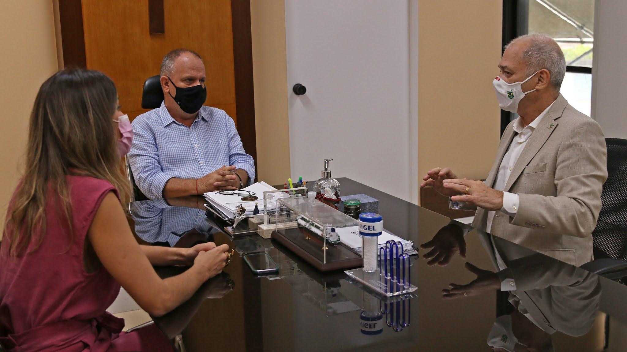 Em uma mesa, Paulo Wanderley, Belivaldo Chagas, Mariana Dantas