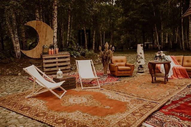 boho dekoracje, trawa pampasowa, trawy ozdobne, dywany, strefa chillout, boho wesele, boho ślub, dekoracje ślubne, dekoracje weselne, bar, księżyc, ścianka