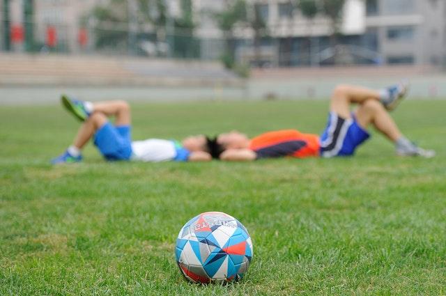 Hoe kan ik voetballen zonder moe te worden?