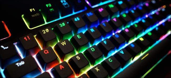 لوحة مفاتيح بإضاءة RGB.