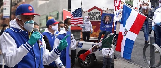 Médicos de SOMOS y comunitarios con banderas a media asta por muertos dominicanos y latinos en Nueva York