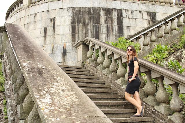 Mulher na escadaria para o Cristo Redentor.