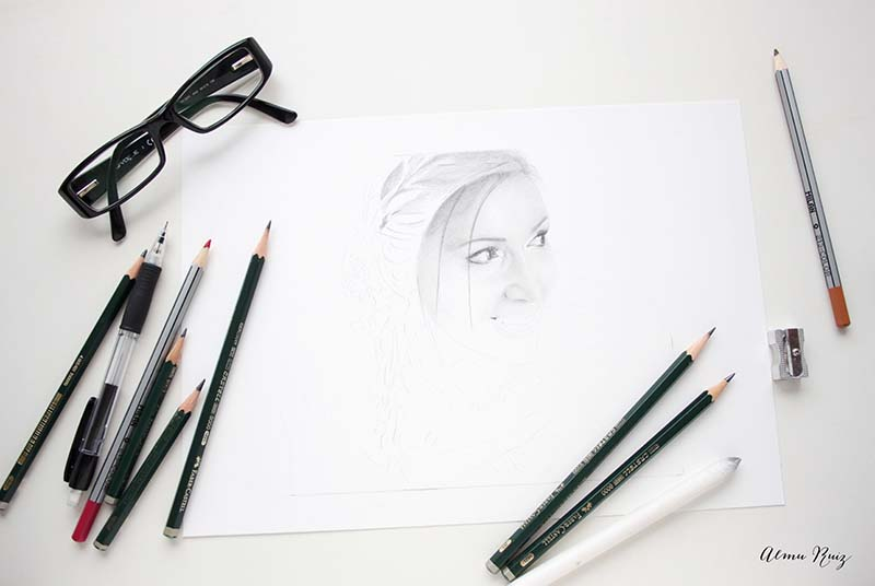 Proceso creativo de un retrato dibujado a lápiz