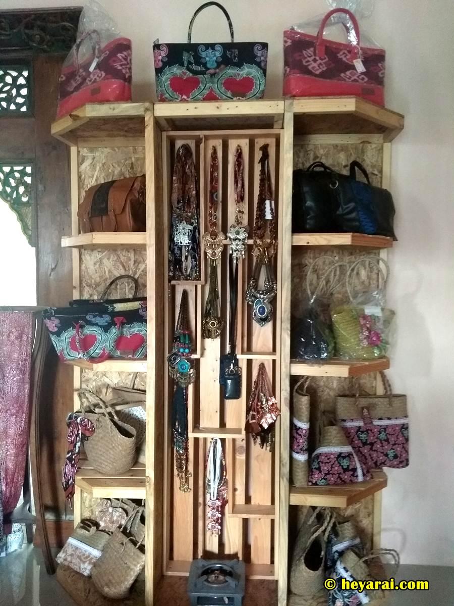 produk yang dijual di galeri batik Bantengan Anjani