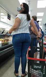 Guapa señora cola redonda marcando calzon