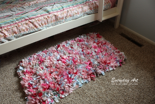 http://www.craftaholicsanonymous.net/how-to-make-a-rag-rug-by-everyday-art