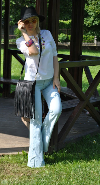 outfit anni 70 camicia bianca ricamata outfit bianco mariafelicia magno fashion blogger milano seventies outfit