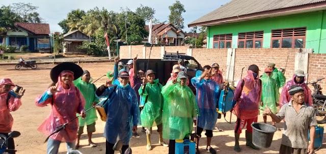 Cegah Corona, Tiyuh Indraloka Jaya Lakukan Penyemprotan Desinfektan Hasil Racikan Sendiri