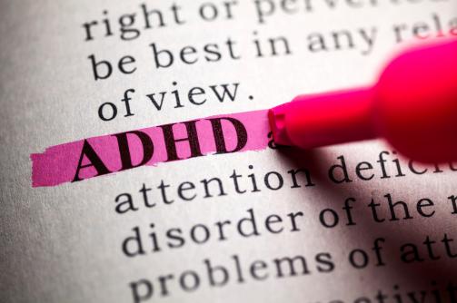 Apa Itu Penyakit ADHD : Pengertian, Gejala, Penyebab Pengertian ADHD ADHD atau attention deficit hyperactivity disorder lebih sering dikenal dengan istilah hiperaktif. ADHD merupakan gangguan jangka panjang yang menyerang jutaan anak dengan gejala-gejala yang dapat berlangsung hingga dewasa. Siapa saja memiliki kemungkinan untuk menderita ADHD, tapi kondisi ini umumnya dialami oleh orang-orang dengan gangguan belajar.  Beberapa gejala dalam perilaku yang dialami penderita ADHD meliputi sulit konsentrasi serta munculnya perilaku hiperaktif dan impulsif. Gejala-gejala ADHD umumnya terlihat sejak usia dini dan cenderung makin jelas ketika terjadi perubahan pada situasi di sekitar sang anak, misalnya mulai belajar di sekolah. Sebagian besar kasus ADHD terdeteksi pada usia 6-12 tahun. Anak-anak dengan ADHD cenderung rendah diri, sulit berteman, serta memiliki prestasi yang kurang memadai.  ADHD cenderung lebih sering terjadi dan mudah terdeteksi pada laki-laki daripada perempuan. Contohnya anak laki-laki umumnya memiliki perilaku yang lebih hiperaktif sementara anak perempuan cenderung lebih diam, tapi sulit berkonsentrasi.   Gejala ADHD Gejala-gejala ADHD umumnya terlihat sejak usia dini, yaitu sebelum usia enam tahun dan cenderung makin jelas ketika terjadi perubahan pada situasi di sekitar sang anak, misalnya mulai belajar di sekolah. Sebagian besar kasus ADHD terdeteksi pada usia 6-12 tahun dengan gejala yang meliputi: Sulit berkonsentrasi Sulit mematuhi instruksi Cenderung terlihat tidak mendengarkan Mudah merasa bosan Tidak bisa diam atau gelisah Tidak sabar Sering lupa dan kehilangan barang, misalnya alat tulis Kesulitan dalam mengatur Sering tidak menyelesaikan tugas yang diberikan dan beralih-alih tugas Selalu bergerak atau sangat aktif secara fisik Bertindak tanpa berpikir panjang Kurang memahami bahaya atau konsekuensi buruk Sering memotong pembicaraan orang lain  Berbeda dengan gejala-gejala ADHD pada anak-anak dan remaja yang mudah dikenali, gejala ADHD pada