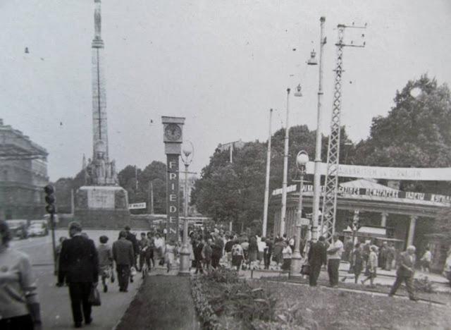 """1960-е годы. Рига. Перекресток улицы Ленина и бульвара Падомью. Часы """"Frieden"""""""