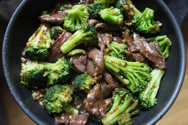 Brokkoli und Rindfleisch in einer Pfanne