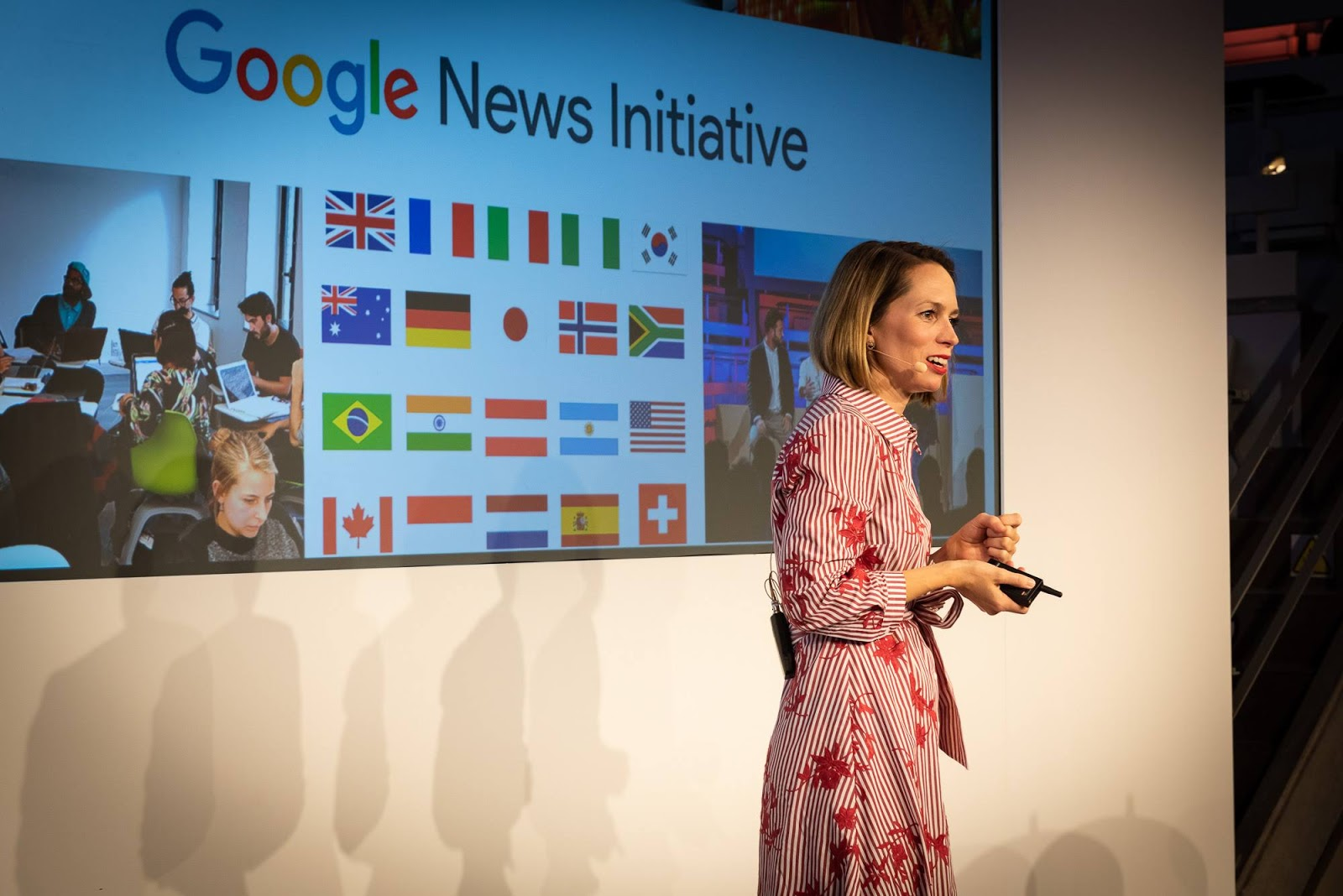 Foto von Isa Sonnenfeld, Leiterin News Lab DACH, , die den GNI DACH Summit 2019 auf einer Bühne eröffnet.